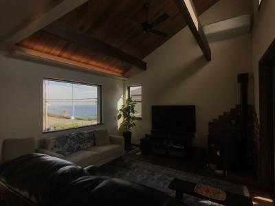 海の見える絶好のロケーションと無垢の木で「好き」をつめこんだこだわりの家 (窓からの眺めが最高の画になるリビング)