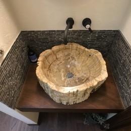 海の見える絶好のロケーションと無垢の木で「好き」をつめこんだこだわりの家 (洗面ボウルが主役。水栓やタイル、スイッチも絶妙にマッチ。)