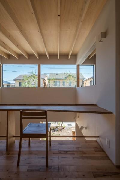 2階フリースペースからの眺め (いつでも空が見える吹き抜けと、公園のような庭のある家)