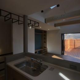 遊び心のある家族の箱(Haco) (開放的なキッチンからの眺め。)