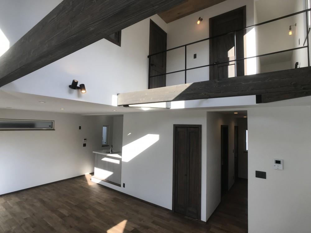 賃貸・二世帯、様々なシーンに対応する3階建ての家 (大きな吹き抜けのある開放的な2階リビングダイニング)