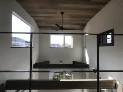 賃貸・二世帯、様々なシーンに対応する3階建ての家 (明かり採りの大きな窓で明るく暖かい吹き抜け)