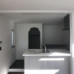 賃貸・二世帯、様々なシーンに対応する3階建ての家 (使い勝手を重視して敢えて段差をつけたキッチン)