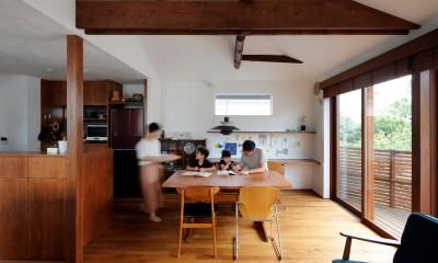 桜を望む住まい~中古戸建住宅全体リノベーション 気持ち良い通風採光が得られ回遊性あるワンスペースのリビングダイニングキッチン~