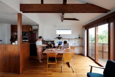 桜を望む住まい~中古戸建住宅全体リノベーション 気持ち良い通風採光が得られ回遊性あるワンスペースのリビングダイニングキッチン~ (既存家屋の梁を表しにして天井を高くとったリビングダイニング)