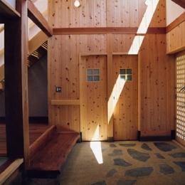 里山の民家-古材再生 (再生利用の大黒柱のある玄関)