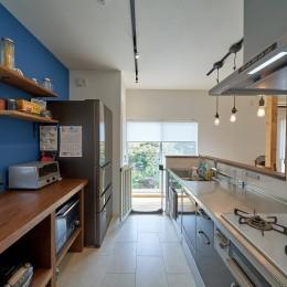 オリジナル動線で理想を叶えた戸建てリノベーション (庭の緑を眺めるキッチン)