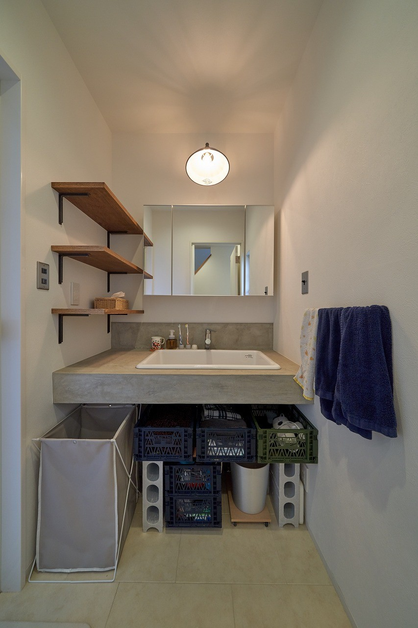 オリジナル動線で理想を叶えた戸建てリノベーション (憧れていたモルタルの洗面所)