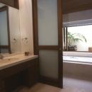 住まう楽しみ-100年住み継ぐ家の写真 洗面所の照明を組込んだトップライト