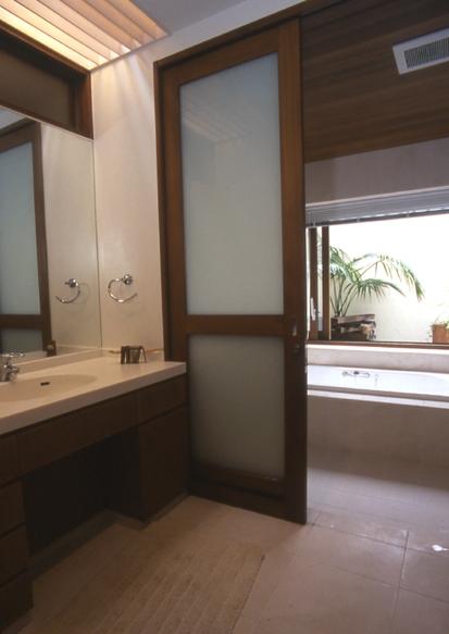 住まう楽しみ-100年住み継ぐ家の部屋 洗面所の照明を組込んだトップライト
