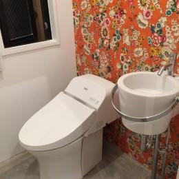 T様邸 (花柄の壁紙がインパクトのあるトイレ)