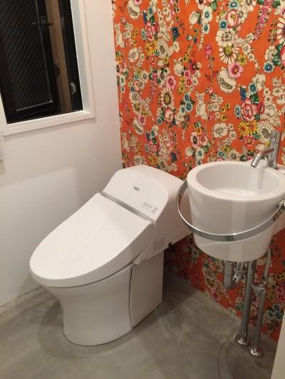 花柄の壁紙がインパクトのあるトイレ (T様邸)