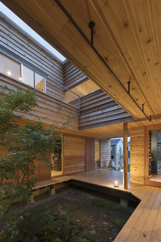 逗子の自然に包まれる家 (縁側とポーチ)