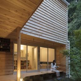 逗子の自然に包まれる家 (縁側に面した洗面と浴室)
