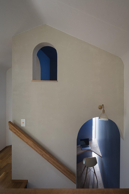 逗子の自然に包まれる家 (子供部屋を兼ねたロフトと、階段に踊り場に設置した書斎)