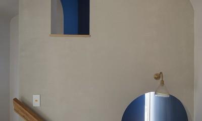 子供部屋を兼ねたロフトと、階段に踊り場に設置した書斎|逗子の自然に包まれる家