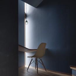 逗子の自然に包まれる家 (階段の踊り場に設置した書斎)