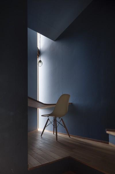 階段の踊り場に設置した書斎 (逗子の自然に包まれる家)