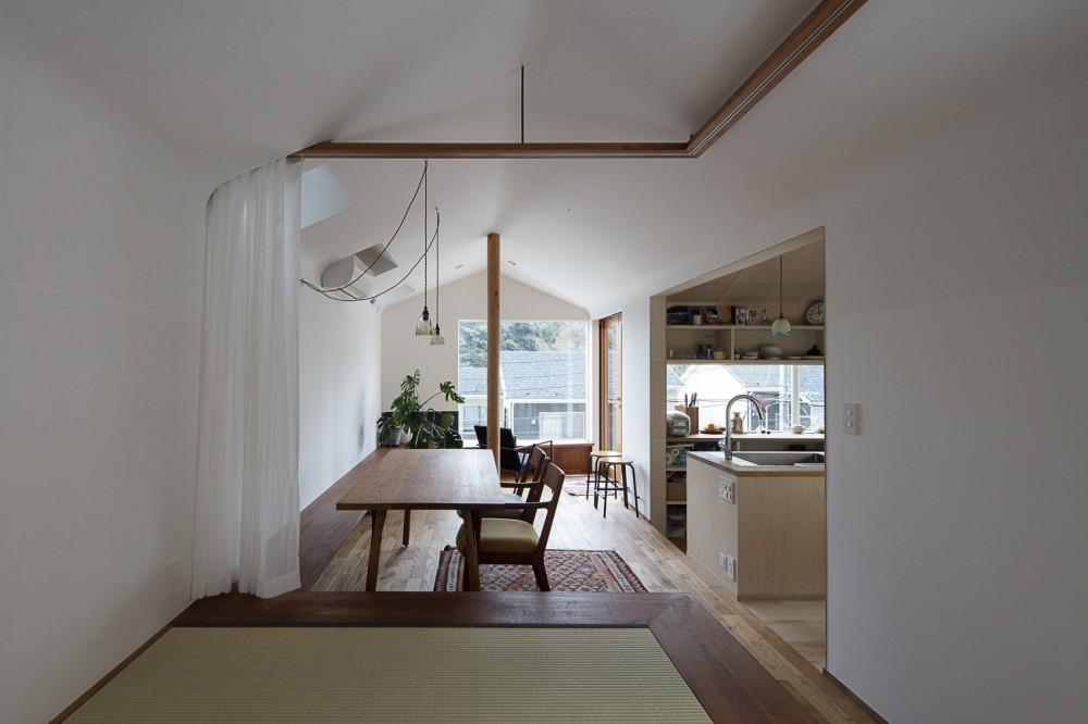 逗子の自然に包まれる家 (遠景を楽しめるダイニングと小上がりの畳みの間)