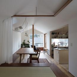 逗子の自然に包まれる家-遠景を楽しめるダイニングと小上がりの畳みの間
