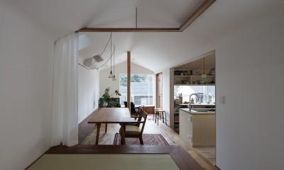 遠景を楽しめるダイニングと小上がりの畳みの間|逗子の自然に包まれる家