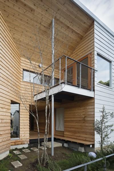 逗子の自然に包まれる家 (アプローチの庭と玄関へと繋がる小上がり)