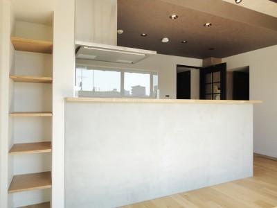キッチンカウンター (モノトーン × 木目)