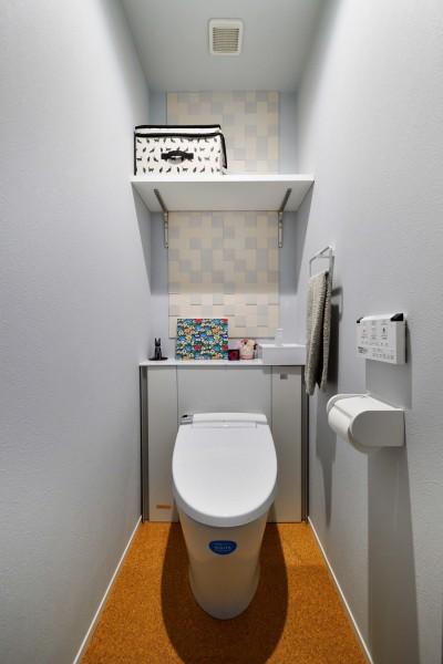 トイレは爽やかな色味で統一 (横浜市H様、N様邸 ~ここちよいキョリで暮らす~)