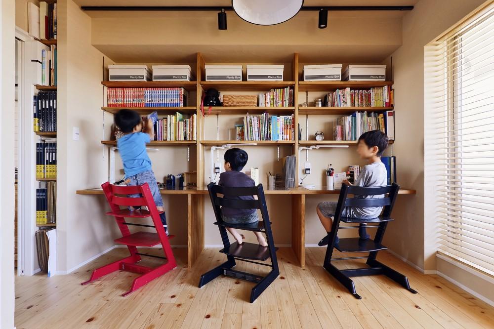 横浜市S様邸 ~みんながいる、心地良さ。~ (3人の息子さんが仲良く並ぶ勉強机)
