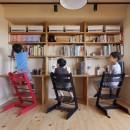 みんながいる、心地良さ。の写真 3人の息子さんが仲良く並ぶ勉強机