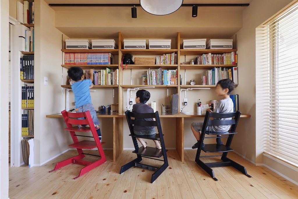 子供部屋事例:3人の息子さんが仲良く並ぶ勉強机(みんながいる、心地良さ。)
