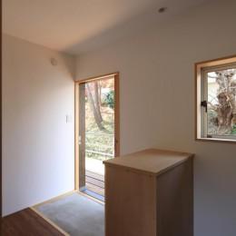 片瀬の家~雛壇敷地に建つ、桜を望める二世帯住宅~ (片瀬の家 親世帯玄関)