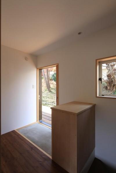 片瀬の家 親世帯玄関 (片瀬の家~雛壇敷地に建つ、桜を望める二世帯住宅~)