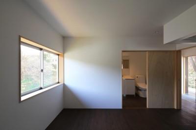 片瀬の家 親世帯寝室 (片瀬の家~雛壇敷地に建つ、桜を望める二世帯住宅~)