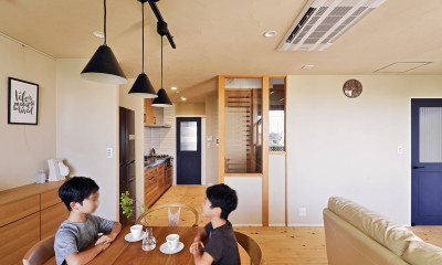 横浜市S様邸 ~みんながいる、心地良さ。~ (子供部屋へアクセスしやすいリビング)