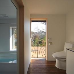 片瀬の家~雛壇敷地に建つ、桜を望める二世帯住宅~ (片瀬の家 子世帯洗面室・浴室)
