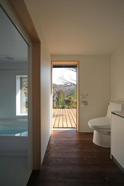 片瀬の家 子世帯洗面室・浴室 (片瀬の家~雛壇敷地に建つ、桜を望める二世帯住宅~)