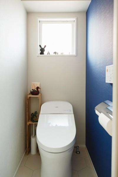トイレ (ご実家をリノベ。3柄のフローリングは、ご両親のこだわりを大切にしたからこそ。)