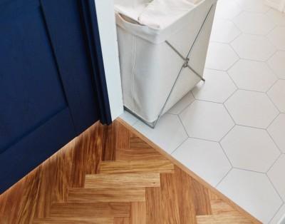 廊下と洗面の床の切り替え (ご実家をリノベ。3柄のフローリングは、ご両親のこだわりを大切にしたからこそ。)