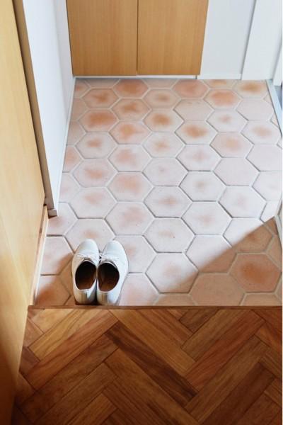 廊下と玄関の床の切り替え (ご実家をリノベ。3柄のフローリングは、ご両親のこだわりを大切にしたからこそ。)