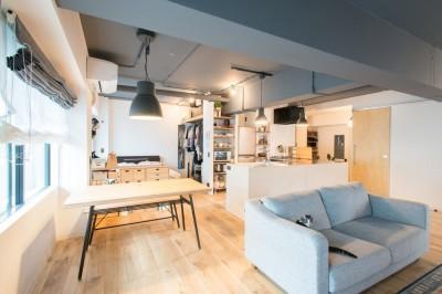 造作キッチンから隅々まで見渡せる開放空間 (LDKとつながった寝室)