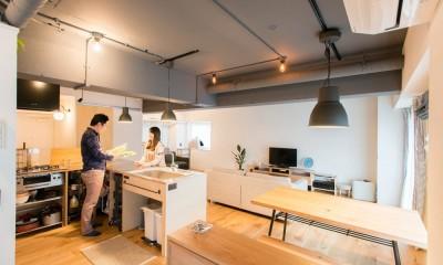 造作キッチンから隅々まで見渡せる開放空間 (広々キッチン)