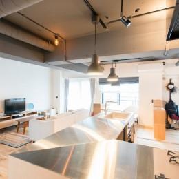 造作キッチンから隅々まで見渡せる開放空間 (広々キッチン3)