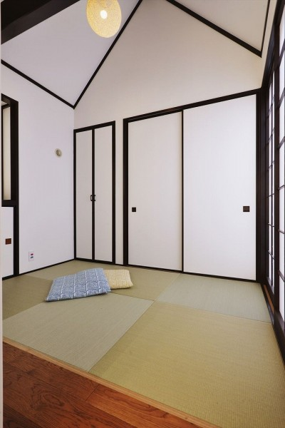 和室 (バルコニーを囲む家族のリビング)