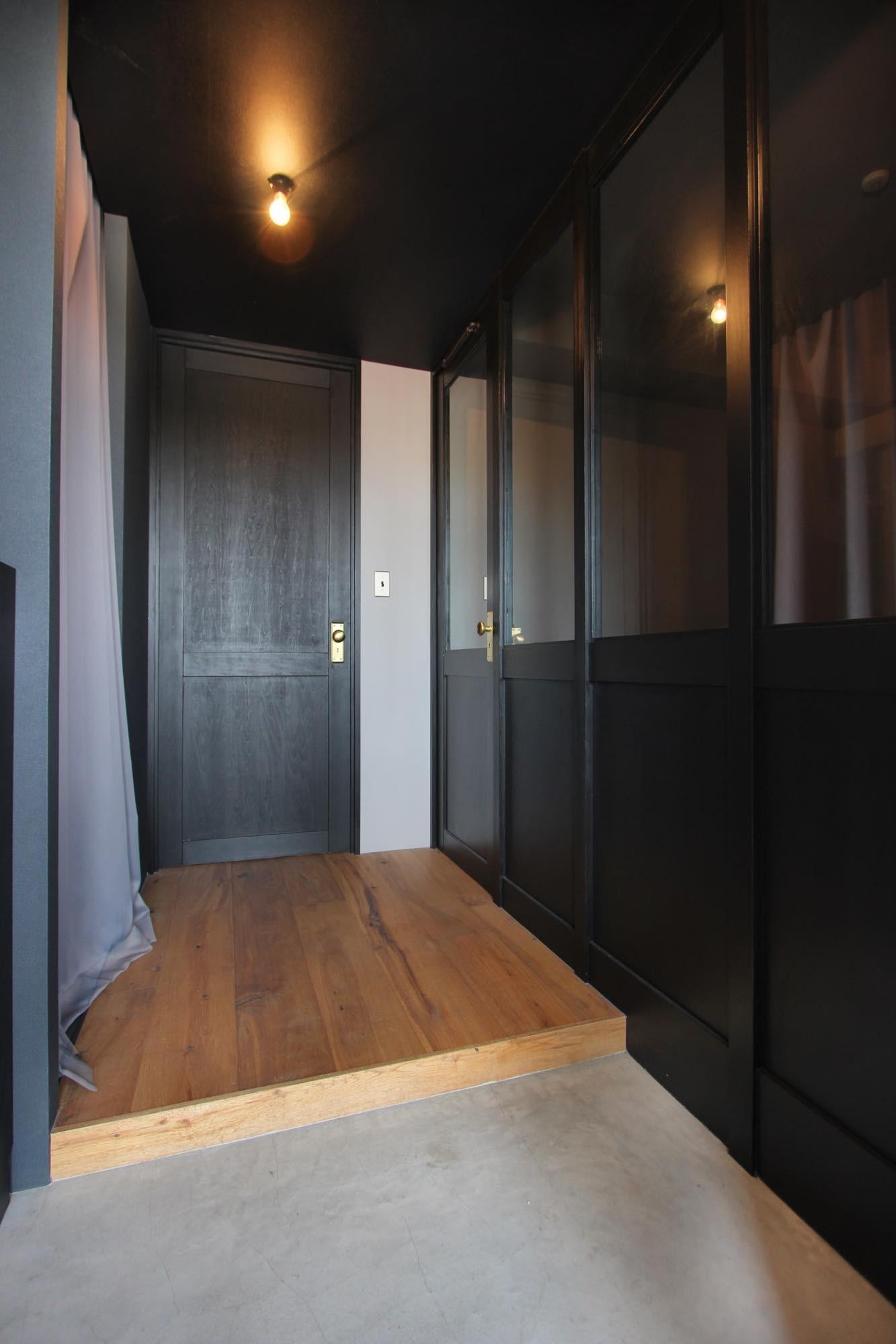 玄関事例:玄関(右部は子供部屋)(飾り付けながら暮らす、ヴィンテージ)
