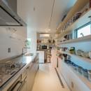 トムジェリ 二人の距離を調整する家の写真 ウォークスルーのキッチンパントリー