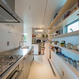 ウォークスルーのキッチンパントリー (トムジェリ 二人の距離を調整する家)
