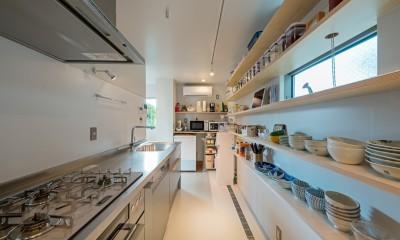 トムジェリ 二人の距離を調整する家 (ウォークスルーのキッチンパントリー)