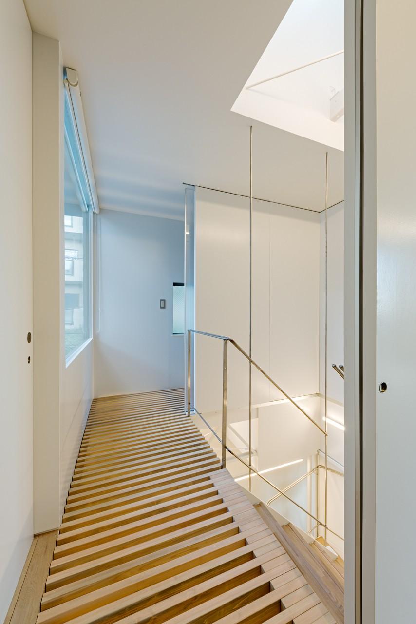 トムジェリ 二人の距離を調整する家 (光あふれる階段室)
