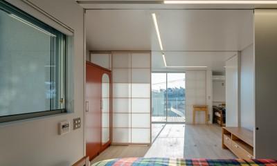 トムジェリ 二人の距離を調整する家 (ベッドルームからファミリールーム)